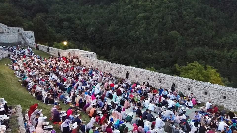 Omladinski iftar na Tvrđavi obilježje ramazana u Travniku