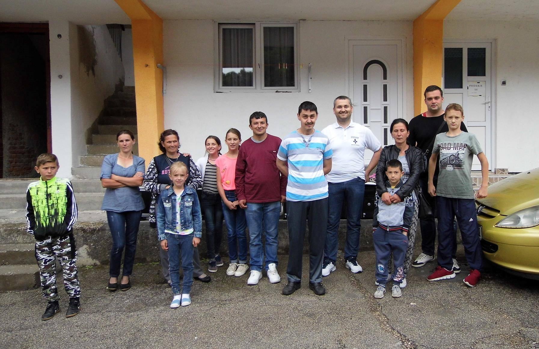 Isa iz Konjica poklonio 10 računara djeci u Srebrenici