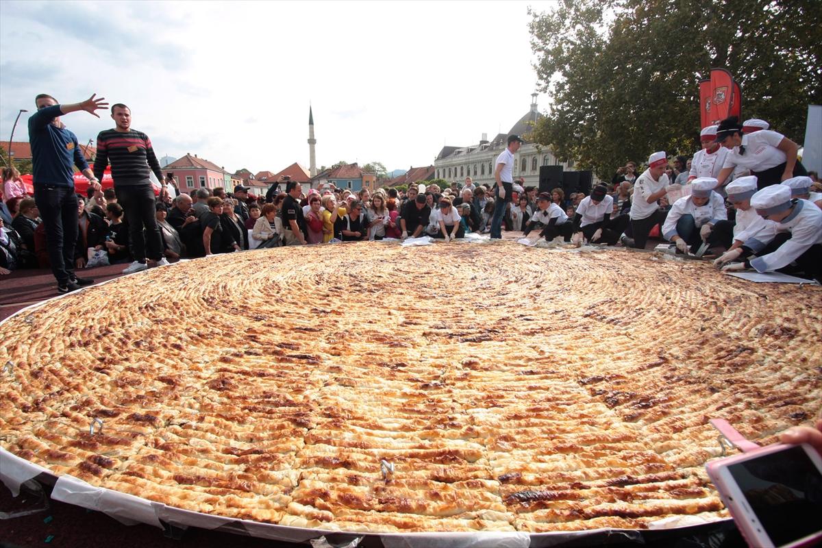 Obaranje Ginisovog rekorda: U Tuzli napravljen burek od 650 kg i 1.500 ćevapa