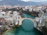 Stari most iz zraka: Turisti i tokom zime uživaju u ljepotama čuvenog mosta FOTO
