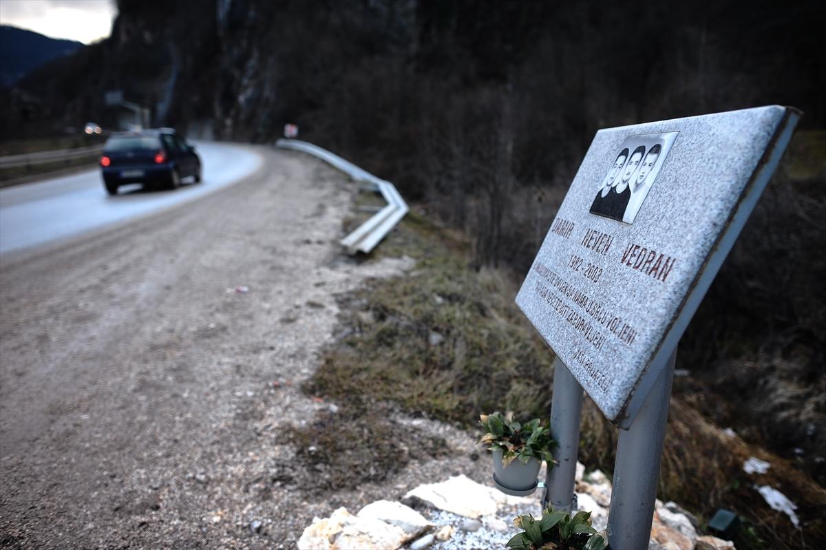 """Spomenici na mjestima udesa su ilegalni, ali za mnoge i """"sveta"""" pojava na putevima u regiji"""