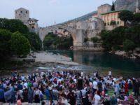 Tradicionalni omladinski iftar ispod Starog mosta okupio hiljadu mladih iz BiH