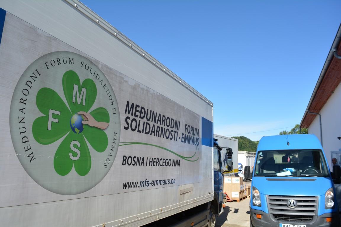 Mobilna kuhinja sa namirnicama za migrante krenula u V.Kladušu