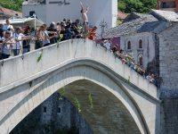 Mostar: Skokom bez aplauza odana počast žrtvama genocida u Srebrenici