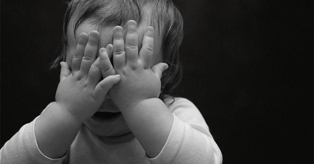 Istraživanje otkriva zašto djeca misle da su nevidljiva ako prekriju oči?