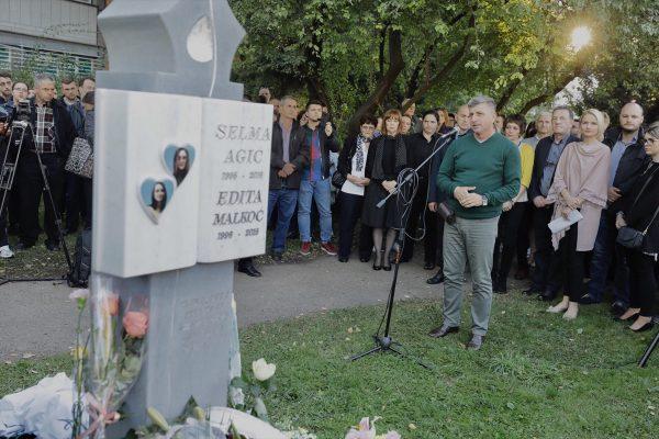 Ispred Filozofskog fakulteta u Sarajevu otkriven spomenik Selmi Agić i Editi Malkoč