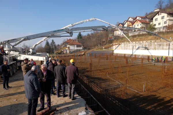 """Betonirana temeljna ploča sportske dvorane OŠ """"Umihana Čuvidina"""" u Boljakovom Potoku"""