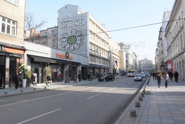 """Cvijet Srebrenice na fasadi """"Olomanke"""" u znak sjećanja na genocid"""